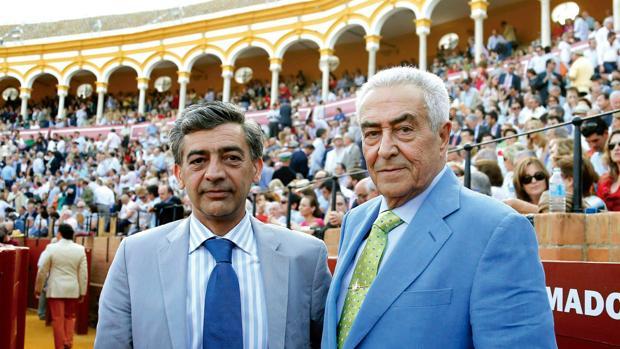 El cirujano jefe de Sevilla, Octavio Muler, junto a Ramón Vila