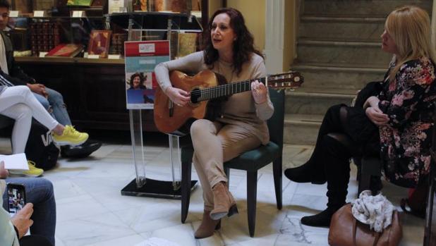 La cantante Inma Márquez versionó versos de Pilar Paz Pasamar; a su lado, la escritora Rosario Troncoso.
