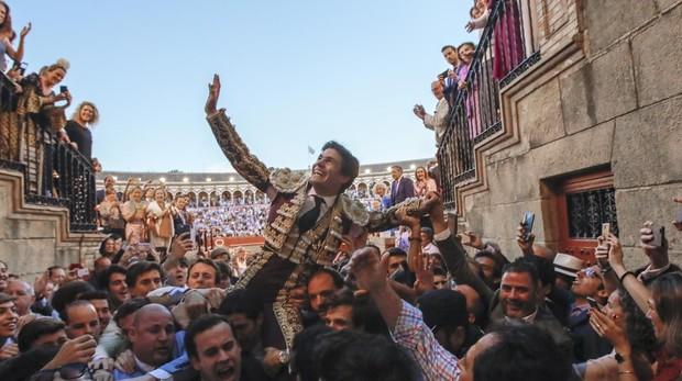 Pablo Aguado sale a hombros por la Puerta del Príncipe en medio de la multitud