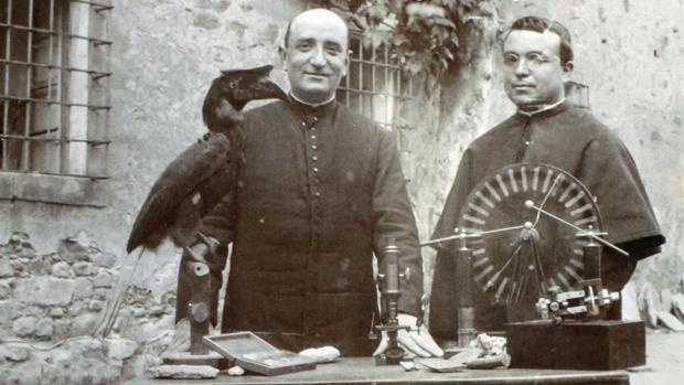 Mariano Díez Tobar (a la derecha) junto a otro padre paúl, Manuel Santín, detrás de alguno de sus inventos