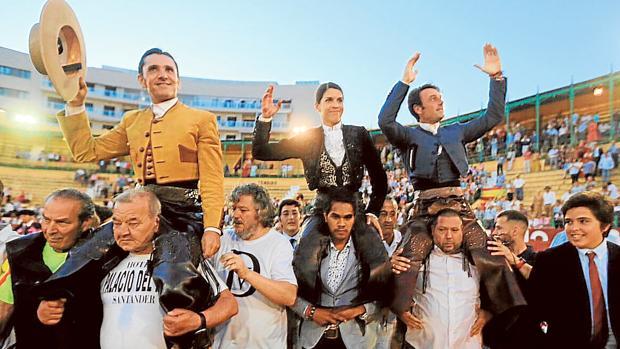 De izquierda a derecha, Diego Ventura, Lea Vicens y Andy Cartagena, a hombros ayer en Jerez