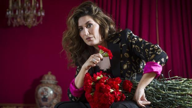 Estrella Morente posa con unas flores en la mano