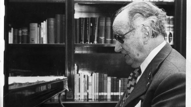El maestro Joaquín Rodrigo en su domicilio