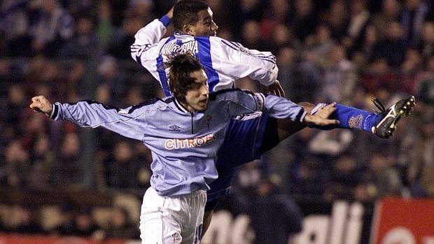 Mostovoi (histórico del Celta de Vigo) y Maura Silva (del Deportivo de La Coruña) se disputan un balón en el 2000