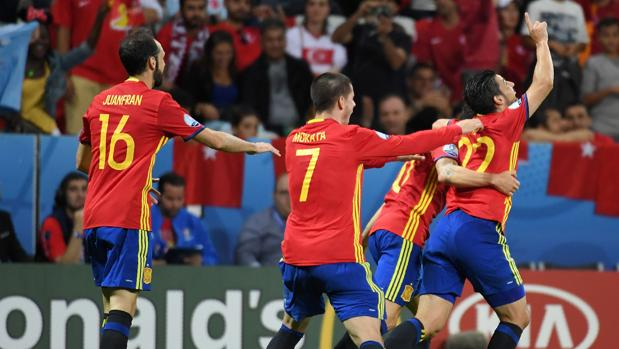España celebra el segundo tanto ante Turquía