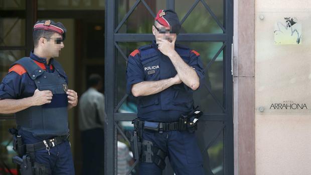 Mossos d'Esquadra custodian la entrada del Hotel Arrahona, de Sabadell, donde ayer detuvieron al entrenador de atletismo Jama Aden