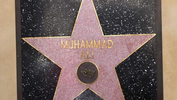 La estrella de Muhammad Ali ubicada en la pared del teatro Dolby en el Paseo de la Fama