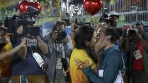 Una voluntaria le pide matrimonio a una jugadora de rugby antes de la ceremonia de medallas