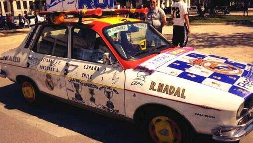 El Renault 12 del Real Madrid muestra los trofeos del club