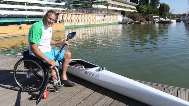Javier Reja antes de comenzar su entrenamiento en el Guadalquivir