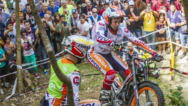 Bou y su «mochilero», durante el GP de Italia