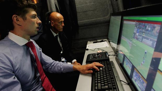 Pierluigi Collina (al fondo), famoso árbitro retirado, probó el sistema