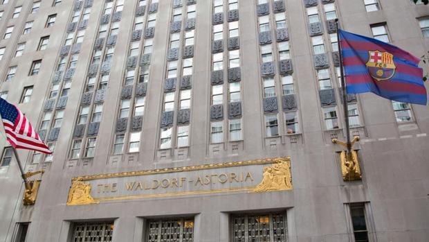 Izado de la bandera del Barcelona en el Hotel Waldorf Astoria deNueva York