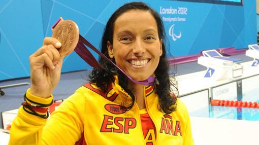 Teresa Perales, con una de sus medallas en los Juegos de Londres