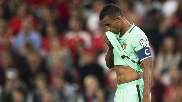 Nani se lamenta durante el Suiza-Portugal