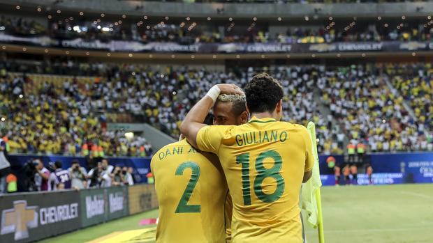 Neymar celebra junto a Dani ALves y Giuliano la victoria frente a Colombia