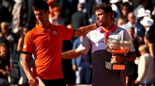 Wawrinka consuela a Djokovic tras derrotarle en la final de Roland Garros 2015
