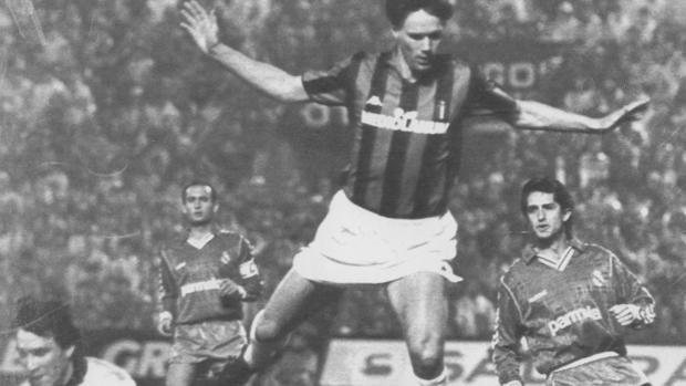 Paco Buyo atrapa un balón ante el jugador del AC Milán Van Basten (centro), observado por Chendo en 1989