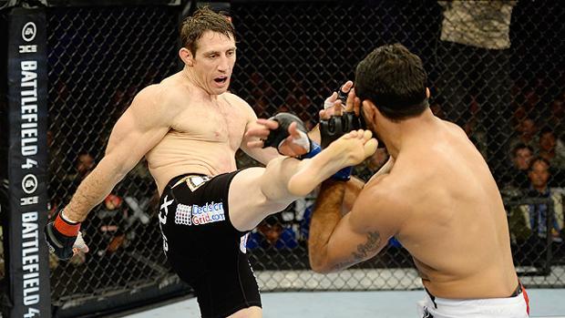Tim Kennedy golpea con la pierna a un rival