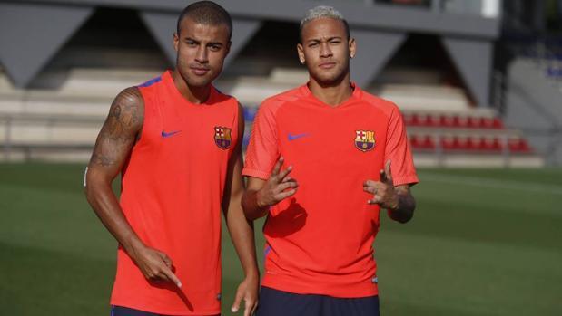 Neymar posa junto a Rafinha en su regreso a los entrenamientos con el Barcelona