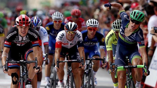 Nielsen, a la derecha, festeja el triunfo en la entrada a meta