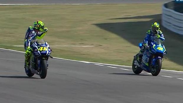 MotoGP:  Valentino Rossi le dedica una peineta a Aleix Espargaró