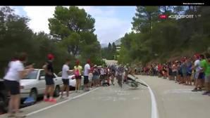 Un espectador provoca la caída de un ciclista del IAM Cycling