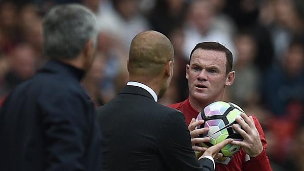 Rooney coge el balón de las manos de Guardiola