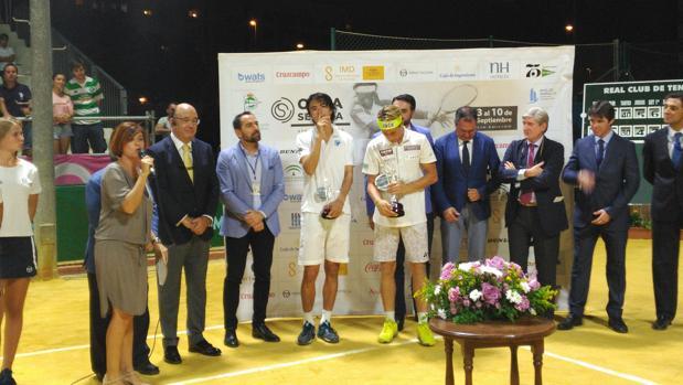 Casper Ruud recogiendo su trofeo en el Club Tenis Betis