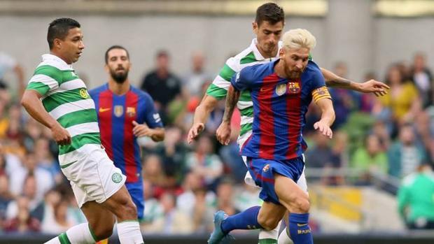 Messi conduce el balón en el amistoso que Celtic y Barcelona disputaron este verano
