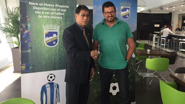 Xu Genbao e Iñaki Alonso, que ha dejado de ser entrenador del Lorca FC