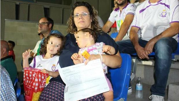 Una aficionada que tuvo que pagar la entradas de sus hijos, con la hoja de reclamaciones