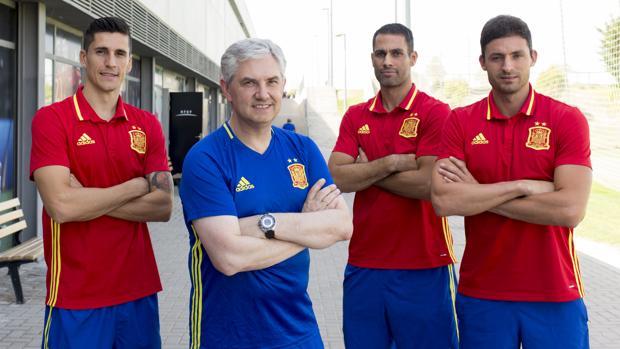 El seleccionador Venancio, con los tres capitanes: Ortiz, Juanjo y Fernandao