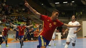 España no falla en su estreno