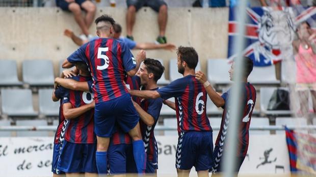 Los jugadores del Gavá celebran un tanto ante el Atlético Baleares