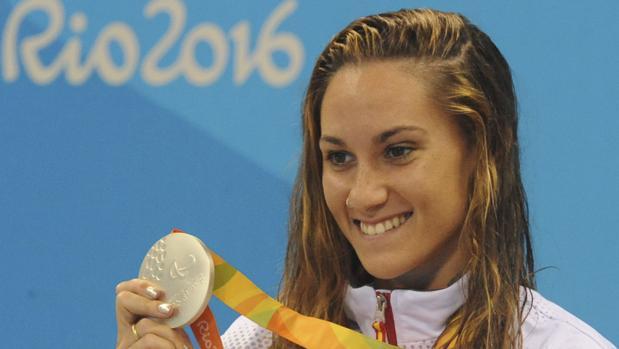 Sarai Gascón, con la medalla de plata en el podio