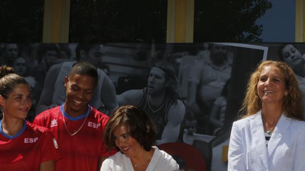 La Infanta Elena y la vicepresidenta en funciones, Soraya Sáenz de Santamaría , durante la despedida del equipo paralímpico español