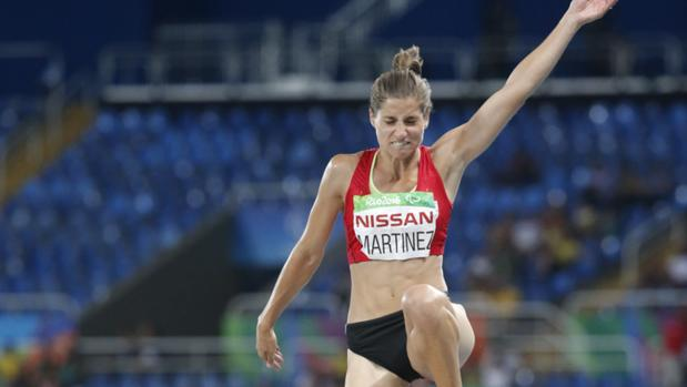 Sara Martínez, en uno de sus saltos en la final de longitud