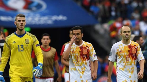 De Gea, Pedro e Iniesta se lamentan tras cer en los octavos de final de la pasada Eurocopa ante Italia