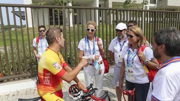 La Infanta Elena charla con César Neira en la Villa Paralímpica