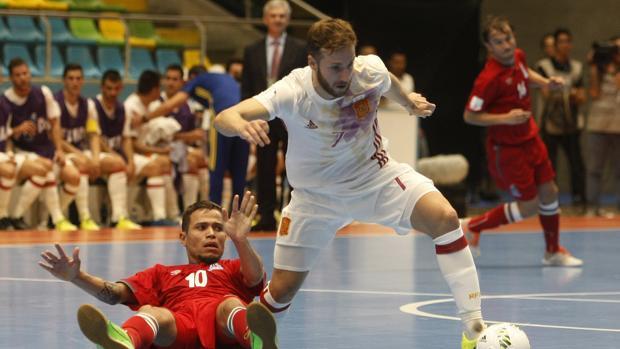 El jugador de Azerbaiyán Vassoura disputa el balón con el jugador español Pola