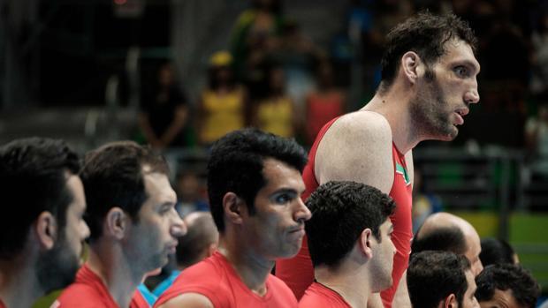 Morteza Mehrzad, junto con el resto de su equipo de voleibol sentado