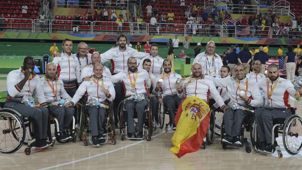Los jugadores españoles celebran el haber conseguido una plata