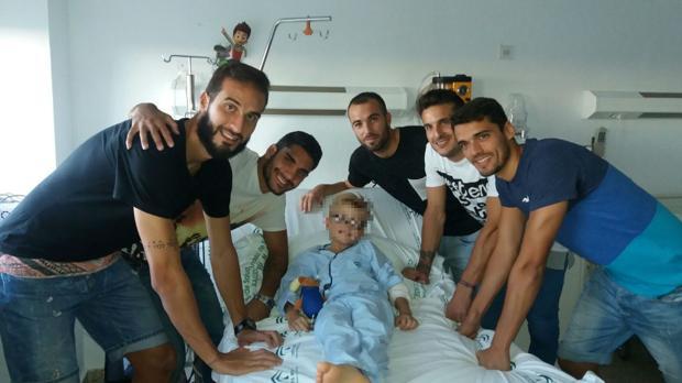 Los jugadores del Atlético Mancha Real junto al pequeño David