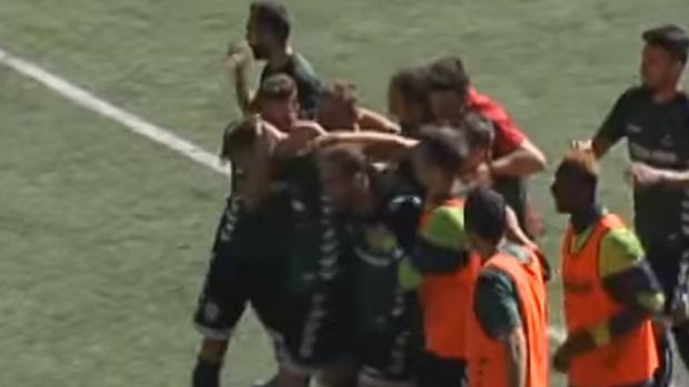 Los jugadores del Toledo felicitan a Adrián Jiménez después de su gol