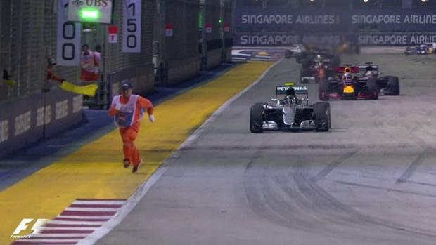 Captura del comisario de pista corriendo delante de los coches
