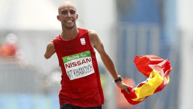 Abderrahman Ait, con la bandera de España, en la recta final del maratón de Río