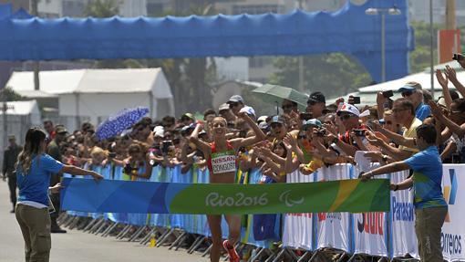 Elena Congost cruza la línea de meta en la maratón de Río 2016