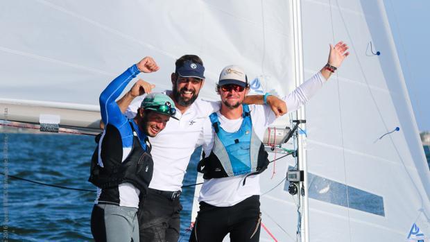 Enric Noguera (izqda), Joan Company (centro) y Marc Capó (dcha), en el Snipe tras proclamarse campeones de Europa