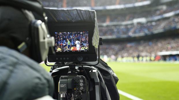Un cámara de televisión en el Bernabéu